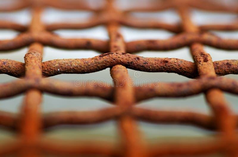 Detailfoto van roestdraad in het net stock foto