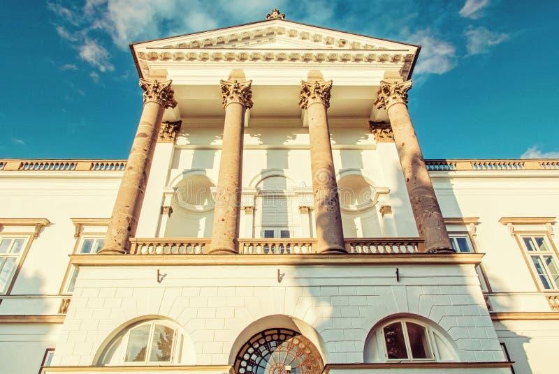 Detailfoto von Topolcianky-Schloss, Slowakei, gelber Filter stockbilder