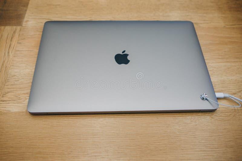 Detailhandel van nieuwe MacBooks in de officiële opslag van Apple in Berlijn stock fotografie