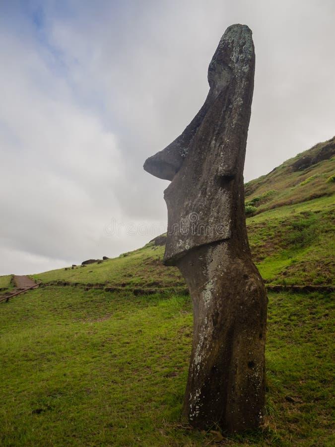 Detaill av en moai som begravas i den Rano Raraku vulkan, påskö royaltyfri foto