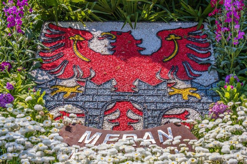 Detailmening over Natuurlijk CREST, Embleem, Vlag van Stad Meran in bloembed Merano Provincie Bolzano, Zuid-Tirol, Itali? europa stock foto