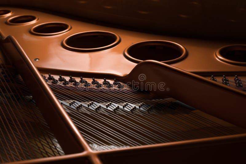 Detailmening van het binnenland van een grote piano royalty-vrije stock afbeelding