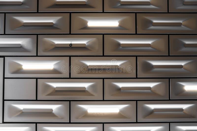 Detailontwerp van het blok van het aluminiumplafond in baksteenpatroon met geleide die verlichting in oppervlakte/detailaluminium royalty-vrije stock afbeelding