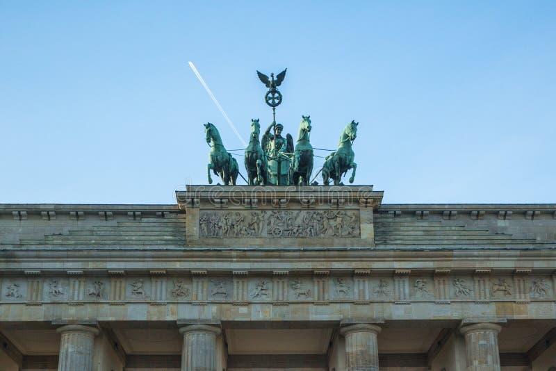Detailquadriga op de Poort van Brandenburg (Brandenburger-Piek) is een architecturaal monument in het hart van het district van M stock foto's