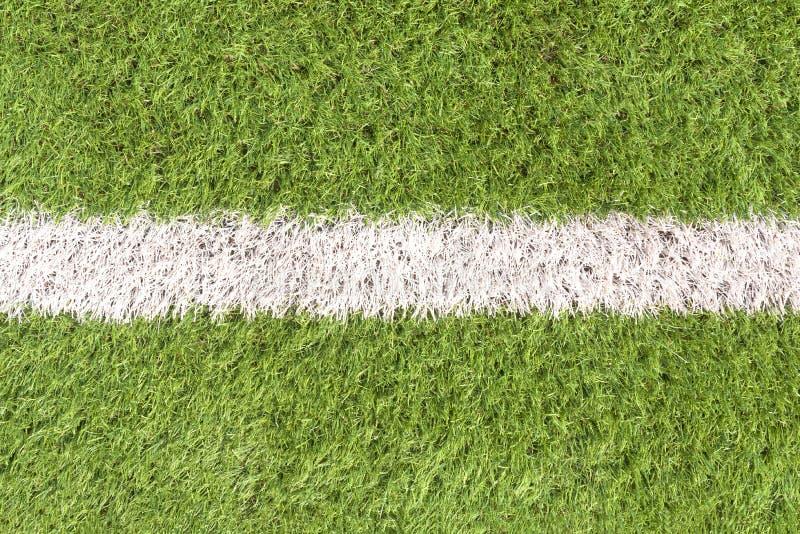 Details auf dem künstlich angelegten Fußballfeld mit einer weißen Linie in der Mitte lizenzfreies stockbild