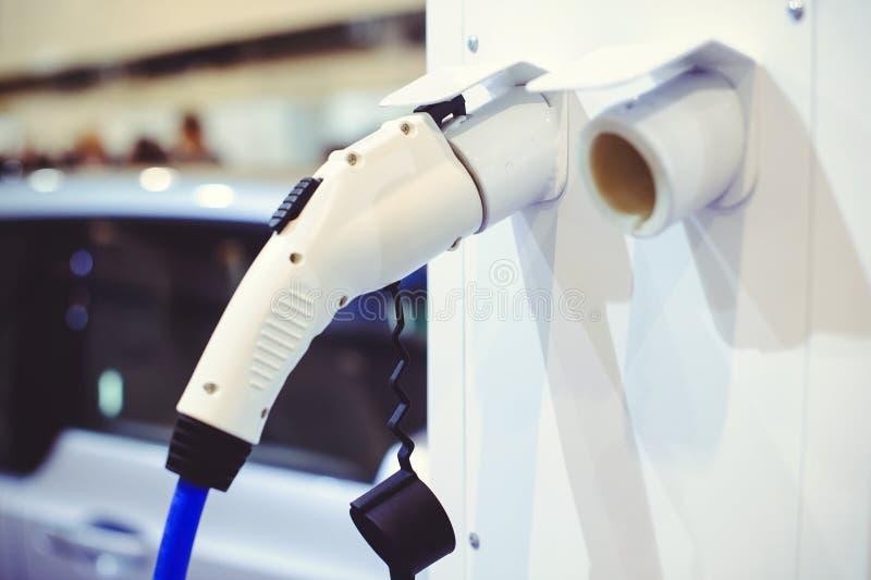 Details der Elektro-Mobil-Aufladung Grün und erneuerbare Energiequellen stockfoto