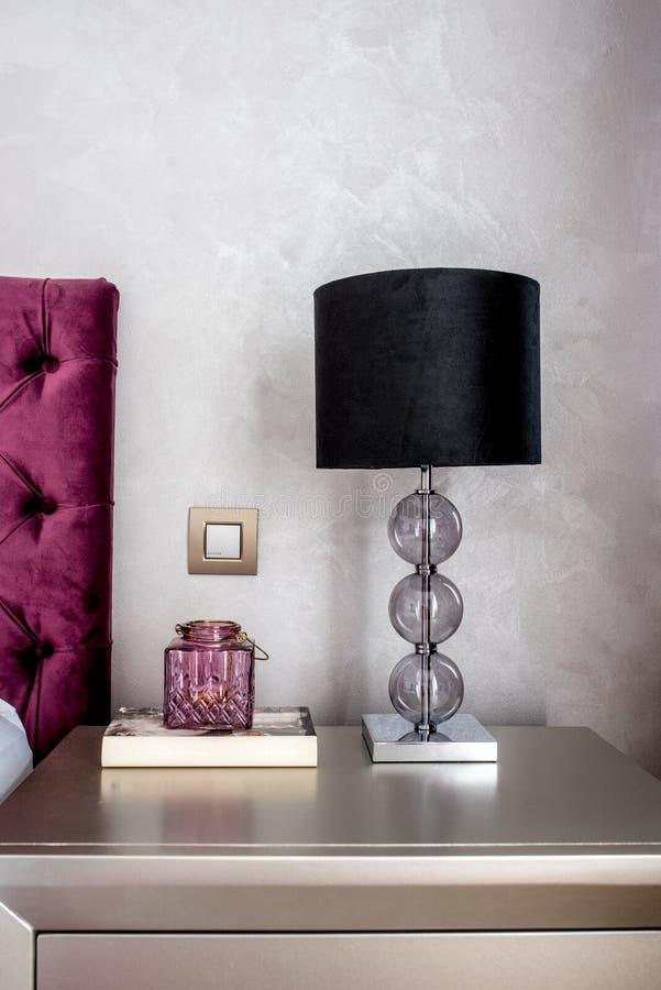 Details der Lampe auf nightstand im modernen stilvollen Schlafzimmer lizenzfreies stockbild