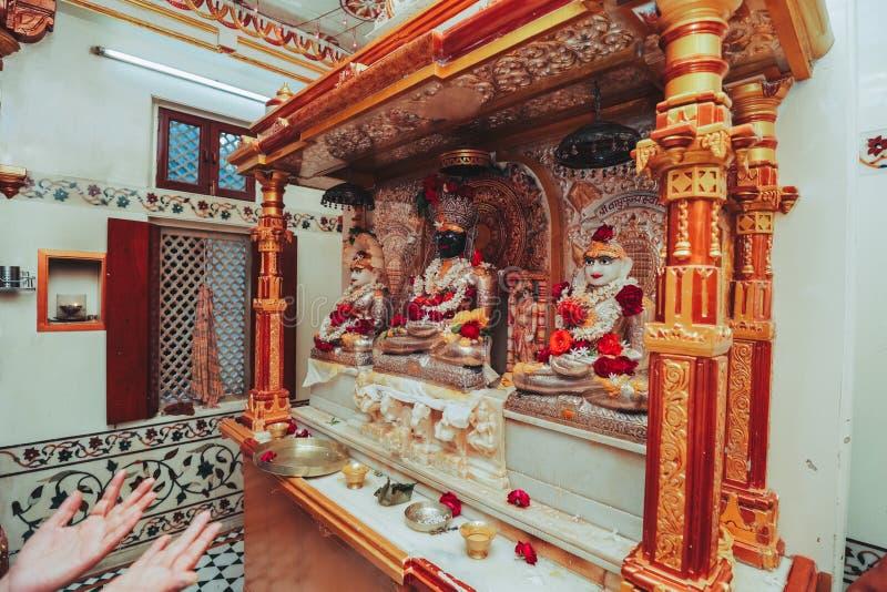Details der traditionellen indischen Hochzeit Schön verziertes hin stockbild