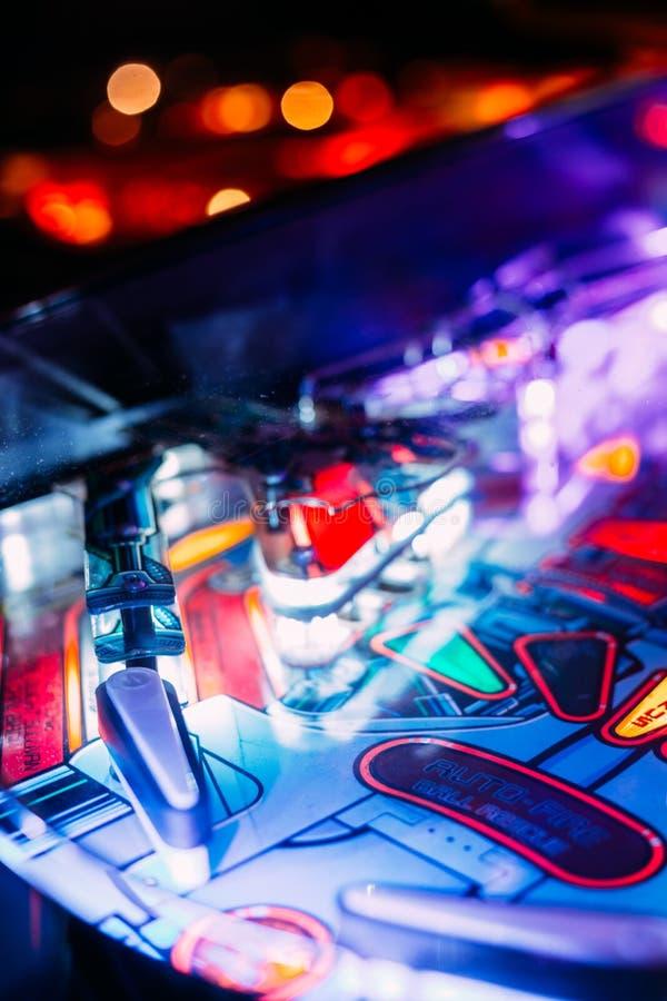 Details eines hellen und bunten Flipperautomat-Arcade Game Board-Deckels lizenzfreie stockbilder