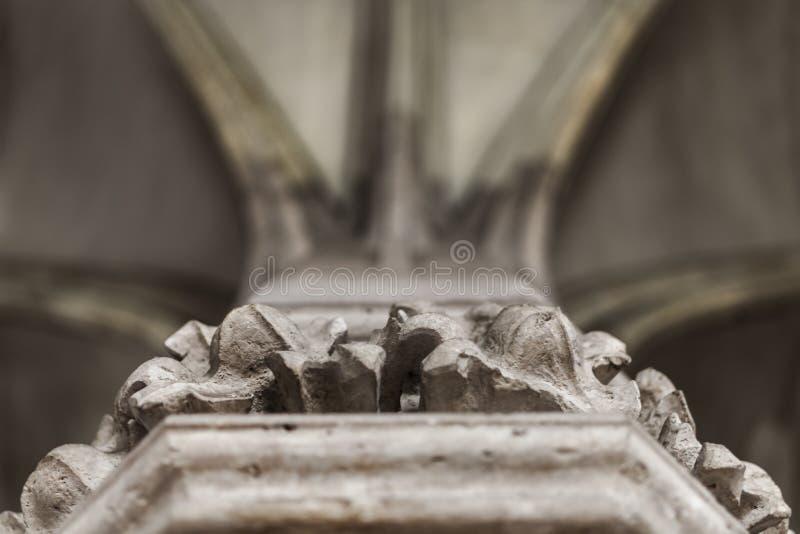 Details eines schönen Kapitals einer Säule in Vajdahunyad-Schloss stockbild