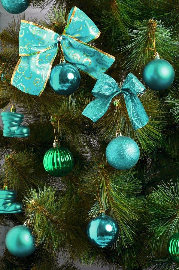 Details eines Weihnachtsbaums Führen Sie Schuss von den Weihnachtsbaumasten einzeln auf, die mit Bändern und Weihnachtsspielwaren stockbilder