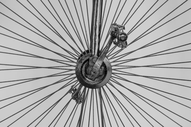 Details eines Weinlesefahrrades Eisenspeichen und -pedale stockfoto
