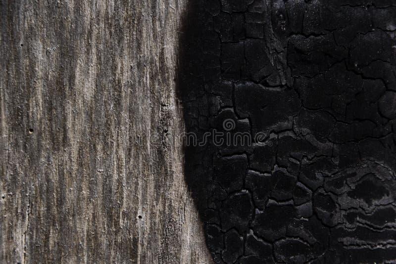 Details met gevormde oppervlaktetextuur van gebrand hout stock foto