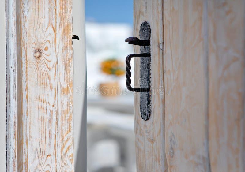 Details op een open deur in Oia, Santorini, Griekenland royalty-vrije stock afbeeldingen