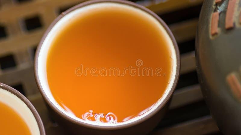 Details schließen oben vom Satz chinesischen japanischen Tee-Schalen-Topf-Schüsseln auf hölzernem Bambusbehälter Frisch gebrautes lizenzfreies stockfoto