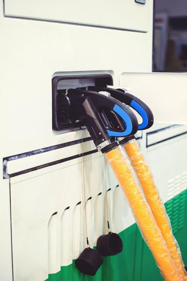 Details stadt-Bustransportes des Elektro-Mobils des Aufladungs Grün und erneuerbare Energiequellen lizenzfreies stockfoto