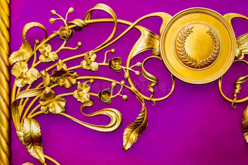 Details, Struktur und Verzierungen von Eisen malleation Dekorative mit Blumenverzierung, gemacht vom Metall Metallisches Muster d lizenzfreies stockbild