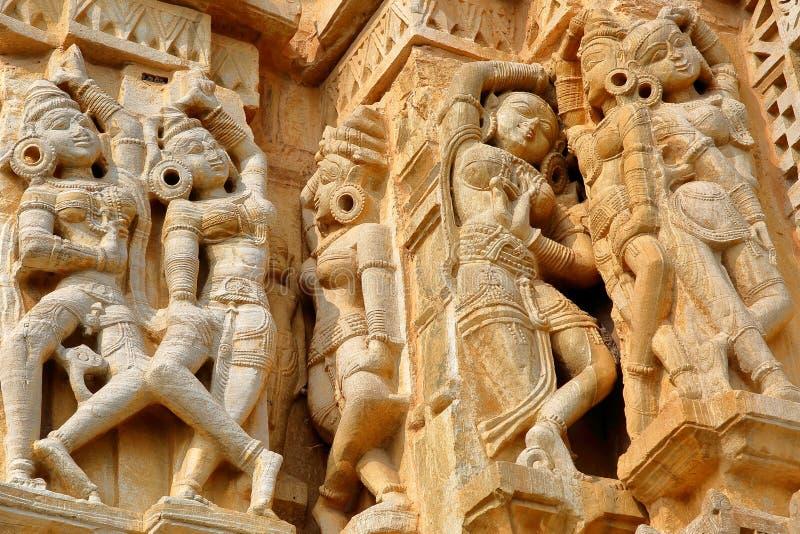 Details van Adhbudhnath Shiva Temple, binnen het fort Garh van Chittorgarh met beeldhouwwerken van Apsaras, Chittorgarh, Ra worde stock afbeeldingen