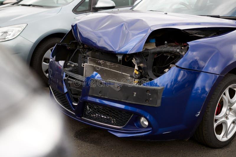 Details van auto's die beschadigd zijn bij een ongeval met een motorvoertuig dat is geparkeerd in de winkel voor reparatie van de stock afbeeldingen