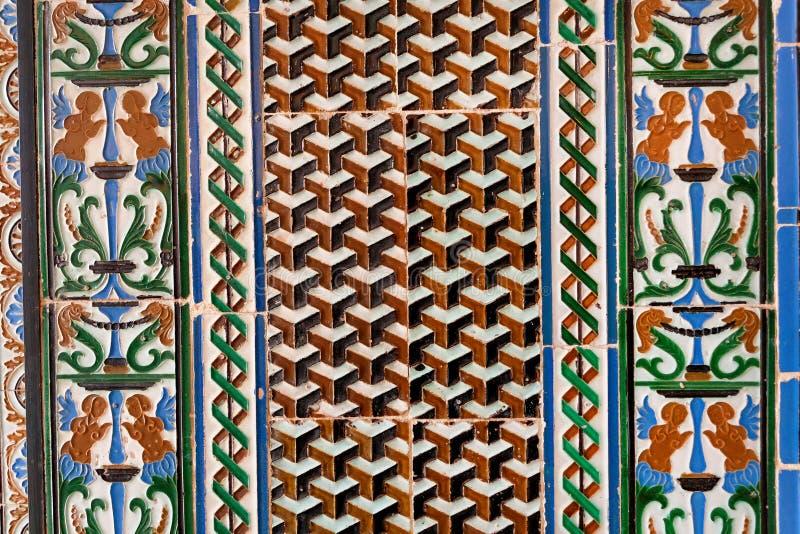 Details van betegelde muur met traditionele patronen in een historisch huis van Andalusia, Spanje stock afbeelding