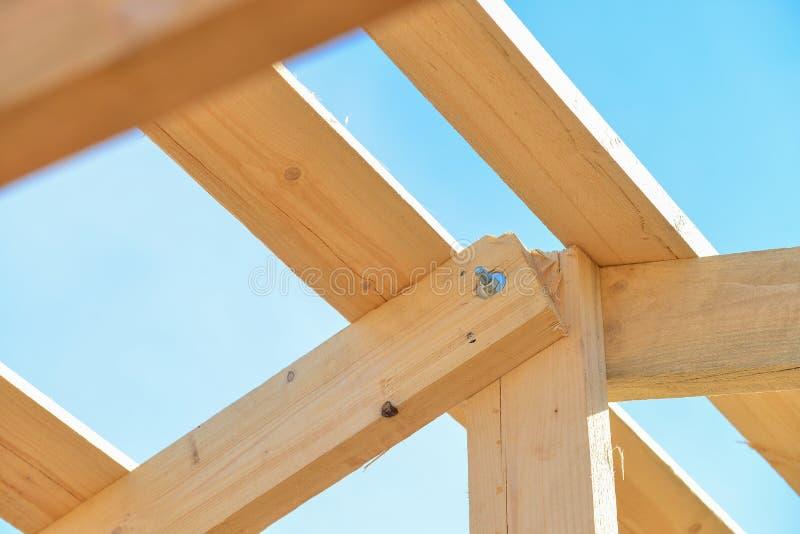 Details van bouw houten dak, de structuursysteem van het dakwerkhout stock foto's