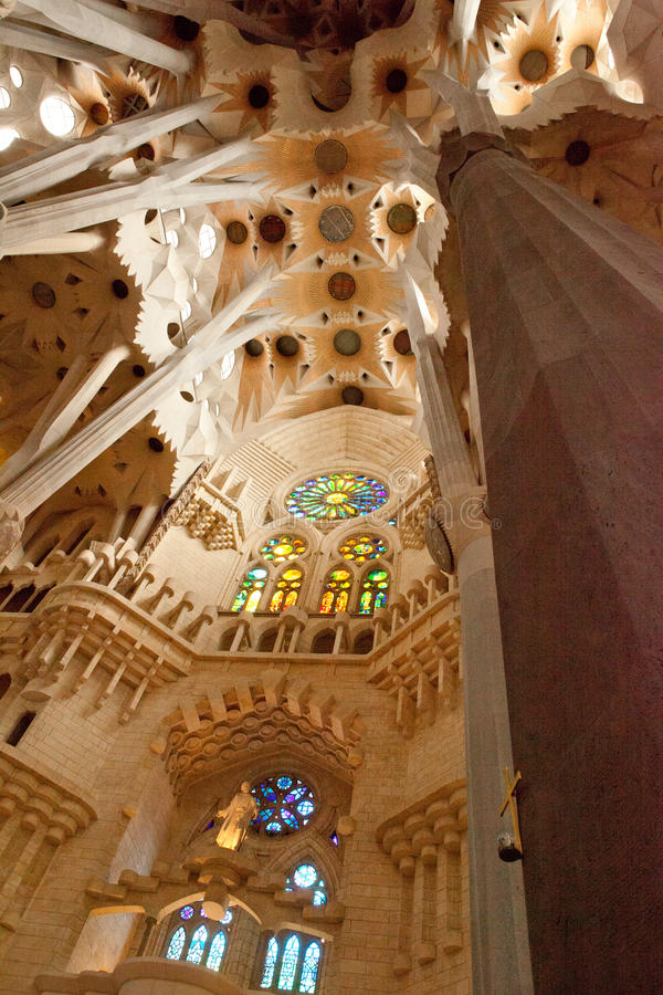 Details van de binnenlandse, unieke kolommen, orde, boogsklptura van thte Sagra DE Familia Cathedral jf Antonio Gaudi stock afbeeldingen