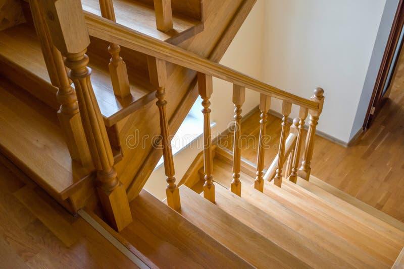 Details van de bruine houten trap Afsluiten, bovenaanzicht royalty-vrije stock foto