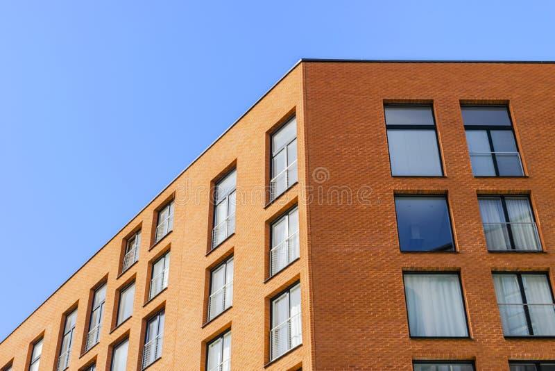 Details van de bureaubouw buitenkant Bedrijfsgebouwenhorizon die omhoog met blauwe hemel kijken Moderne architectuurflat High-tec royalty-vrije stock afbeeldingen