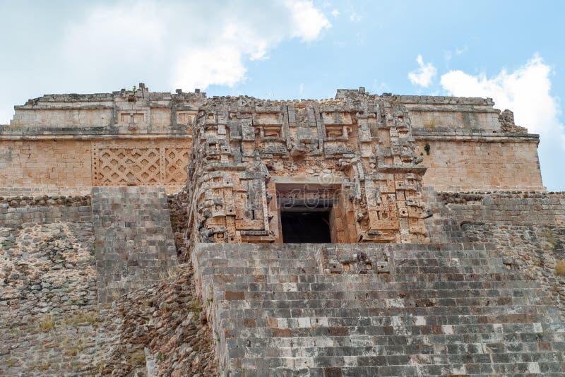 Details van de gebeeldhouwde bovenkant van de Mayan piramide, van het archeologische gebied van Ek Balam stock afbeeldingen