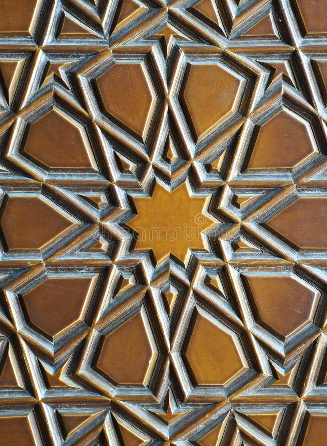 Details van een fijne houtsnijwerkkunst op de deur stock afbeeldingen