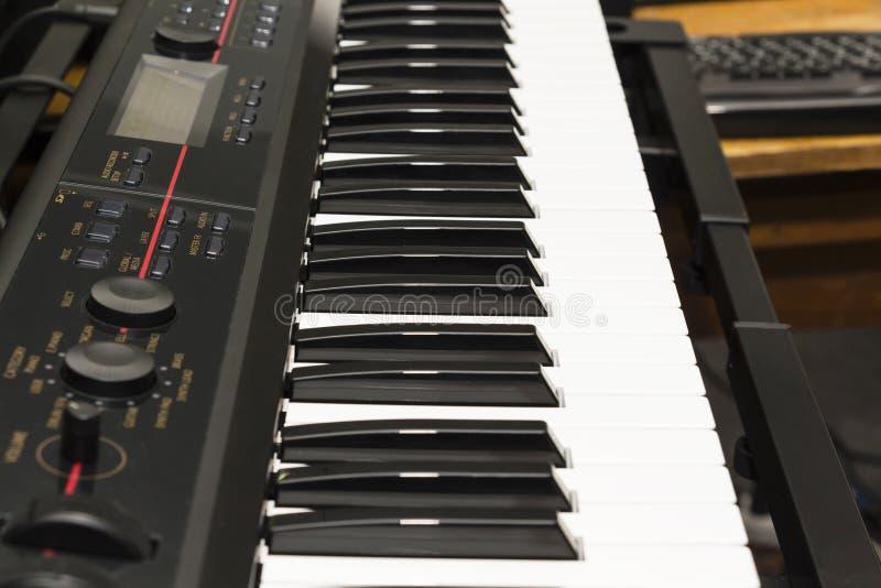 Details van een modern controlemechanisme van toetsenbordmidi royalty-vrije stock afbeelding