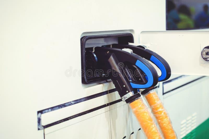 Details van elektrisch voertuig het laden het vervoer van de stadsbus Groen en hernieuwbare energiebronnen stock foto