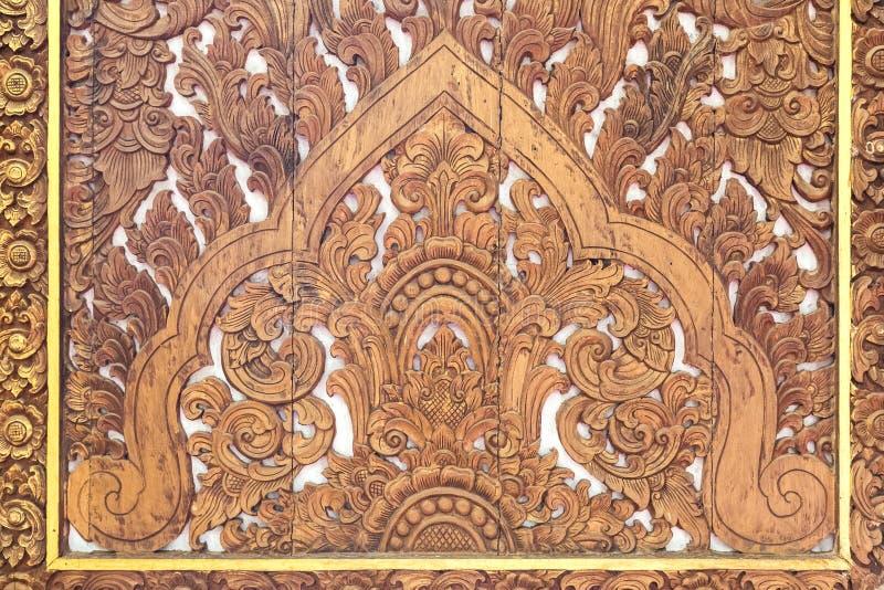 Details van fijn houtsnijwerkart. Een Thaise kunst en een ambacht in tempel stock foto