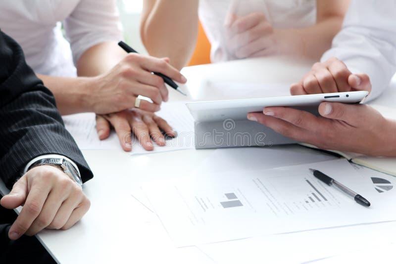 Details van het werk proces op commerciële vergadering stock fotografie