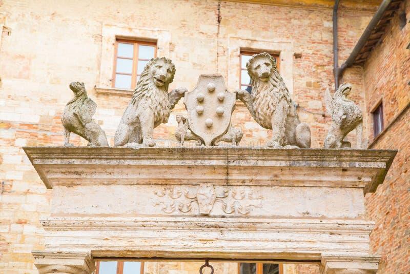 Details van oud goed van griffioenen en leeuwen royalty-vrije stock foto's