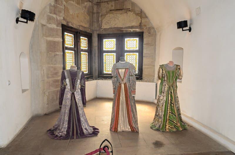 Details vom Innenraum der Corvins-Schlossgestalt durch John Hunyadi, Frauen kleidet lizenzfreies stockfoto