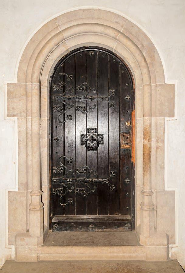 Details vom Innenraum des Corvins ziehen sich, alte Tür zurück stockfotos
