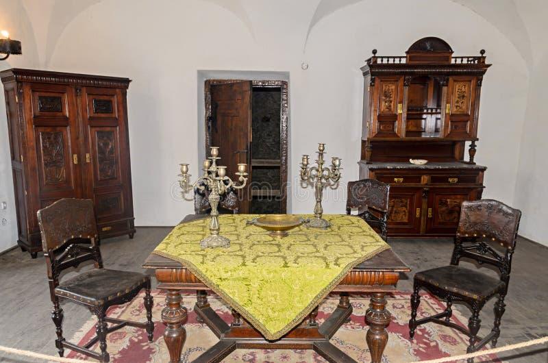 Details vom Innenraum des Corvins ziehen sich, alte Tabelle und Wandschrank zurück lizenzfreie stockfotografie