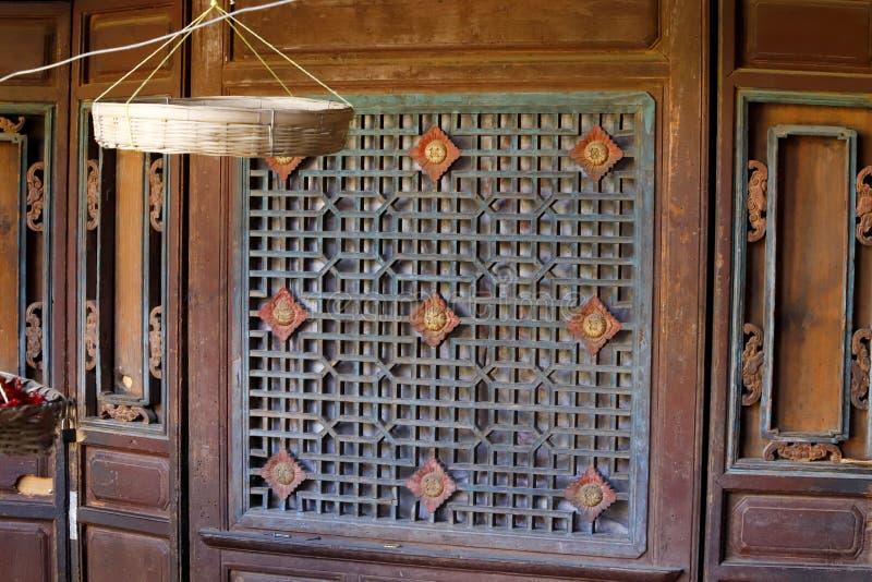 Details von Dekorationen in einem alten Haus in Shaxi-Dorf, Yunnan, China lizenzfreie stockbilder