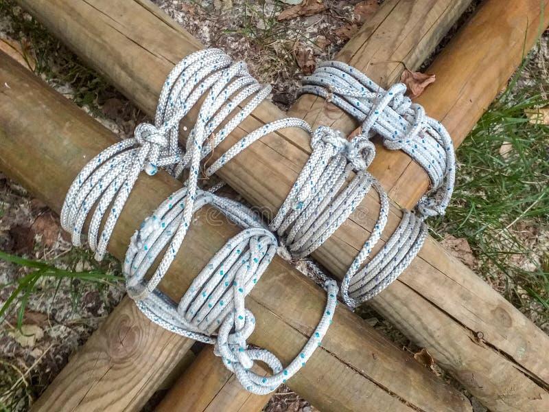 Details von den runden Abschnittstrahlen verbunden zusammen mit Seilen häufig benutzt durch Pfadfinder für den Bau von Lagergegen lizenzfreie stockfotografie