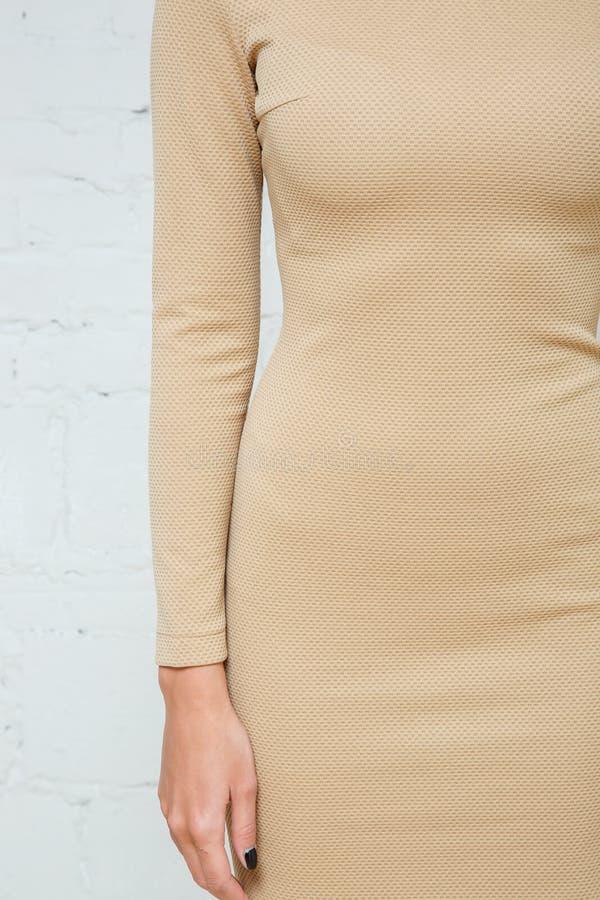 Details von Frauen ` s Kleidung Führen Sie Kleid auf einem Modell auf einem weißen Hintergrund einzeln auf lizenzfreie stockfotos