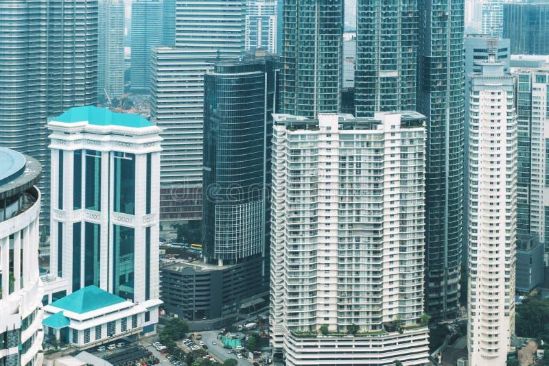 Details von strukturierten Fassaden mit Fenstern von hohen Wolkenkratzern in Kuala Lumpur in Malaysia 8. März 2018 lizenzfreie stockfotos
