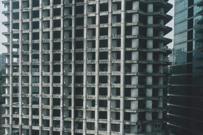 Details von strukturierten Fassaden mit Fenstern von hohen Wolkenkratzern in Kuala Lumpur in Malaysia 8. März 2018 stockfotografie