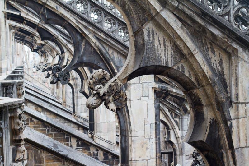 Detailspaltenperspektive der gotischen Architektur stockbilder