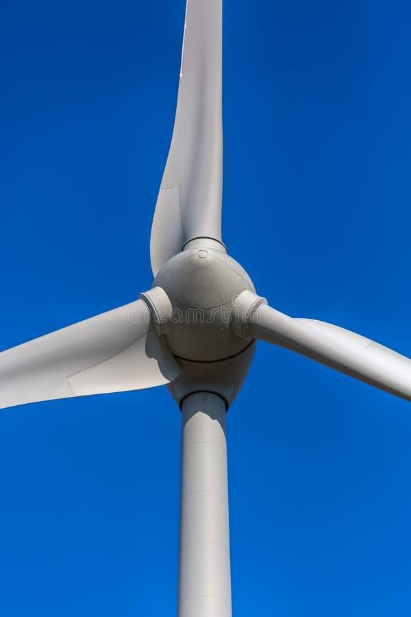 Detalhado perto acima da vista de uma turbina e?lica; gerador imagem de stock