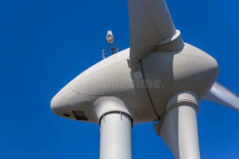 Detalhado perto acima da vista de uma turbina eólica fotos de stock