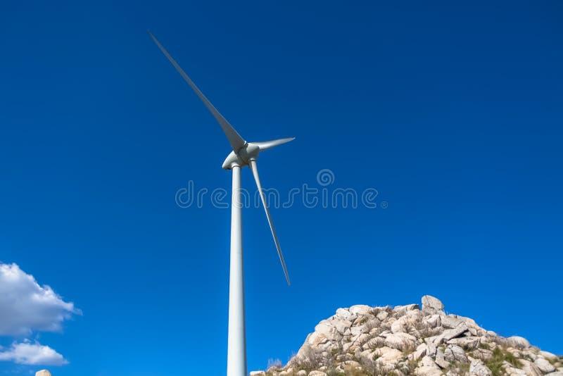 Detalhado perto acima da vista de uma turbina eólica imagem de stock royalty free