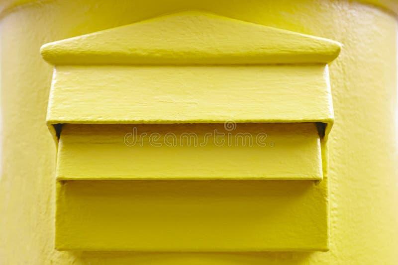 Detalhe amarelo clássico da caixa postal postbox Serviço postal Communi foto de stock royalty free