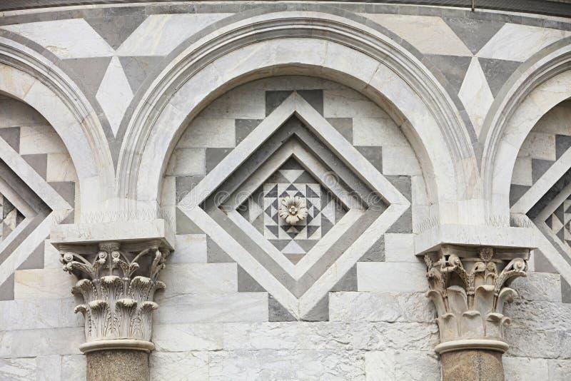 Detalhe arquitectónico da torre inclinada de Pisa fotos de stock