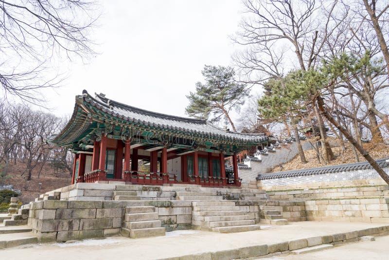 Detalhe arquitetónico coreano - porta de madeira vermelha f da tradição coreana imagem de stock royalty free